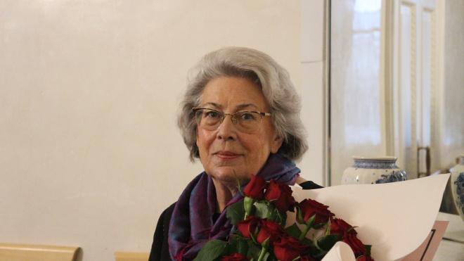Губернатор поздравил директора библиотеки Маяковского с юбилеем