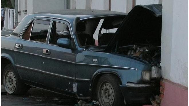 На Савушкина легковушка врезалась в дом, водитель погиб на месте