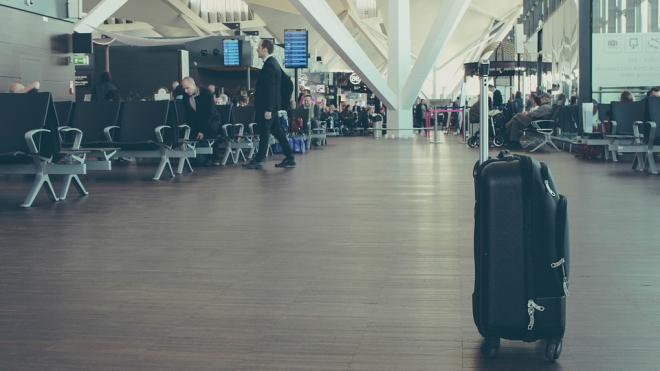В Пулково мигрант отправленный на депортацию прихватил с собой чужую сумку на полмиллиона рублей