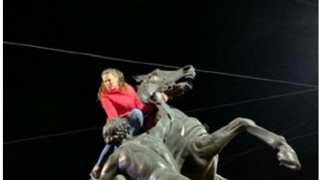 Две хулиганки забрались верхом на коней на Аничковом мосту