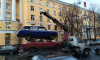 Жители Петербурга заметили пирамиду из машин на эвакуаторе