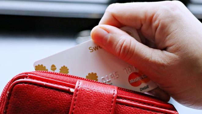 Мошенники потратили украденные у пенсионера деньги в интернет-магазинах