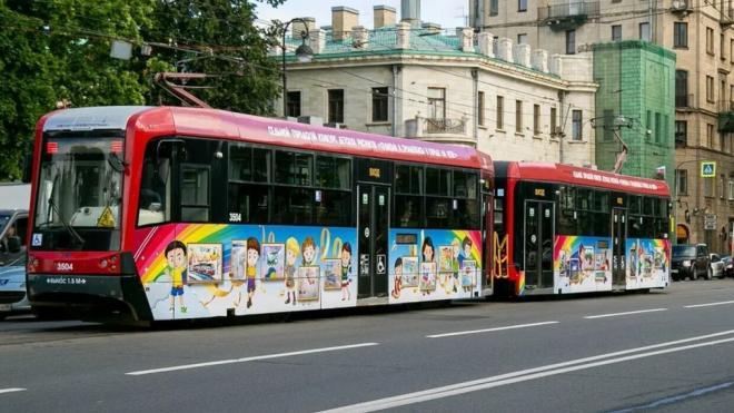 """В Петербурге запустили """"трамвай-галерею"""" с детскими рисунками"""