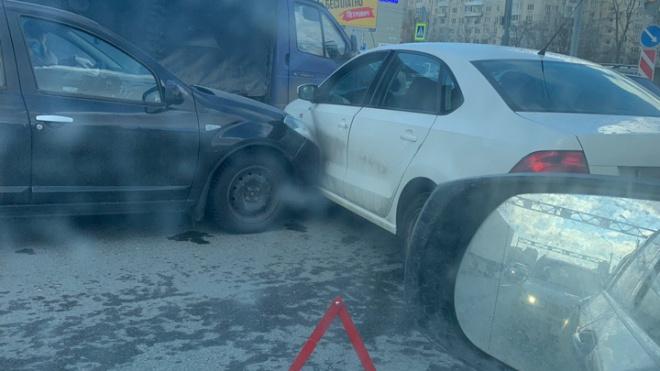 Во Фрунзенском районе из-занеисправного светофора столкнулись две иномарки