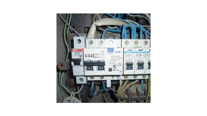 Электрики не могут починить свет в доме