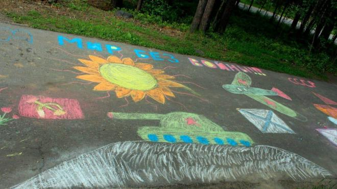 Улицы Ленобласти украсили детскими рисунками о войне