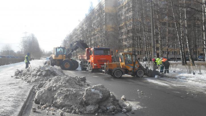 В Петербурге активно ведутся снегоуборочные работы