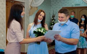 Сотрудники Выборгского ЗАКСа поздравили молодоженов и новоиспеченных родителей