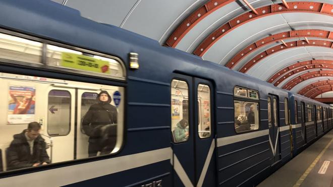 В метро Петербурга объяснили, как электричество подается в сеть поезда
