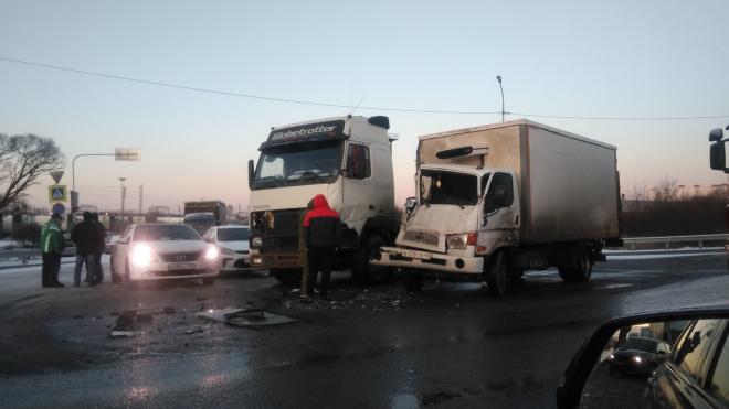 Два грузовика столкнулись на Московском шоссе
