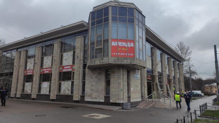 На проспекте Энгельса начался демонтаж двухэтажного бизнес-центра
