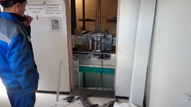 В жилых домах Выборга продолжают заменять лифты