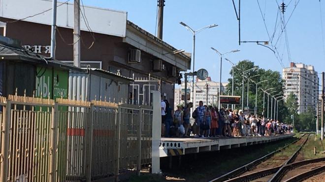На Сестрорецк едут переполненные поезда. В Смольном ответили на претензии
