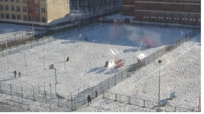 У школы по улице Морской Пехоты ветер опрокинул трибуну на спортплощадке