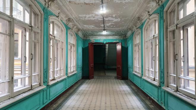 Волонтеры привели в порядок плитку в историческом доме Бака в Петербурге