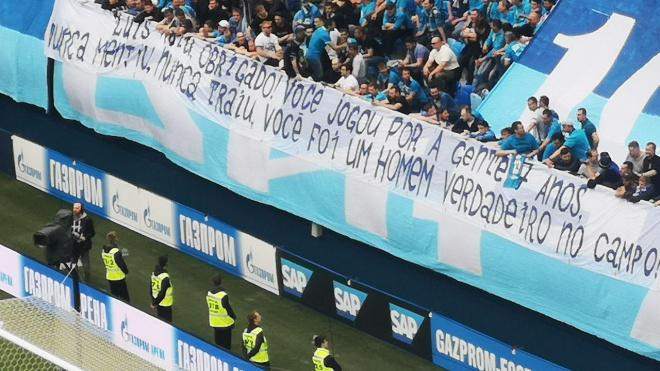 """Фанаты """"Зенита"""" вывесили огромный плакат с надписью на португальском языке"""
