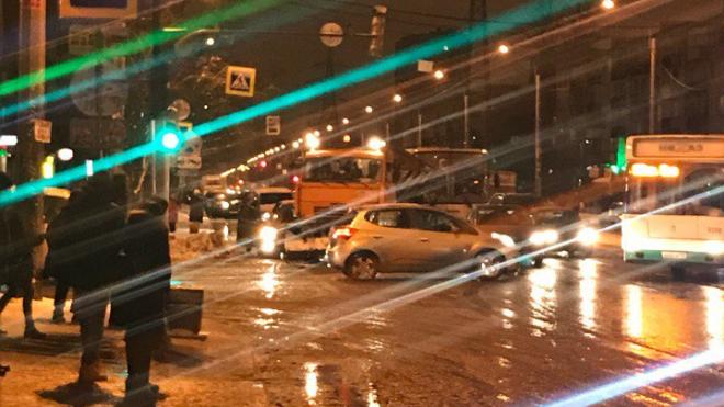 На Ленсовета произошло ДТП со снегоуборочной машиной