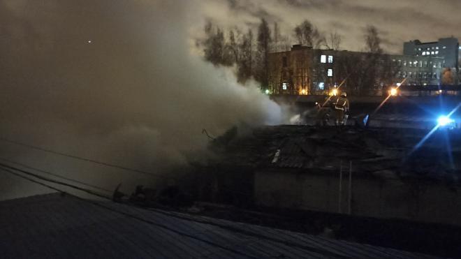 На Дальневосточном проспекте горят гаражи с газовыми баллонами