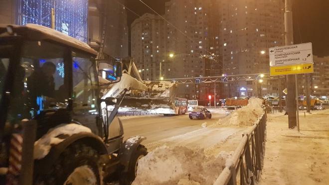 Ночью 1160 спецмашин очищали город от снега