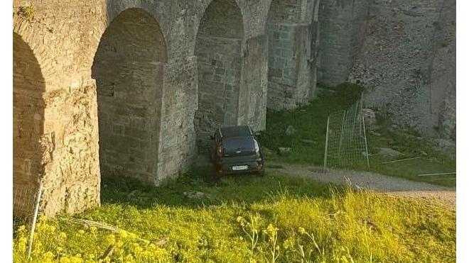 Мост у крепости Копорье протаранила иномарка