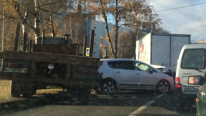На проспекте Непокоренных МАЗ протаранил три машины: водитель скончался от сердечного приступа