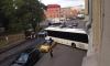 На Расстанной улице туристический автобус протаранил несколько машин, въехал задом в отель и перекрыл дорогу
