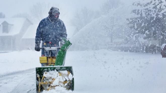 Более 6 тысяч дворников вышли на борьбу со снегом и гололедицей