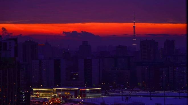 В первый рабочийдень небо Петербурга озарил малиновый рассвет