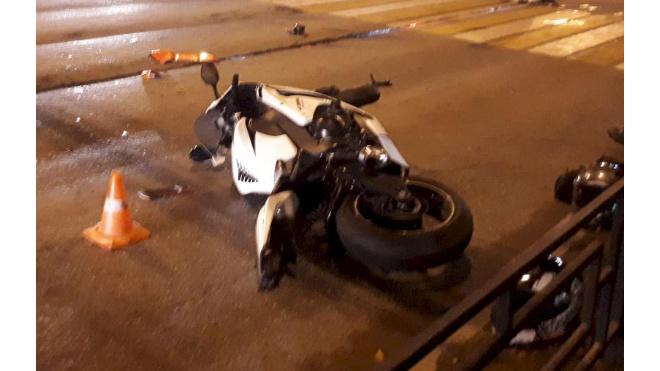 В Выборгском районе мотоциклист-подросток въехал в силовое ограждение