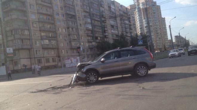 Солнечный удар: на Наставников автоледи потеряла сознание и устроила массовое ДТП