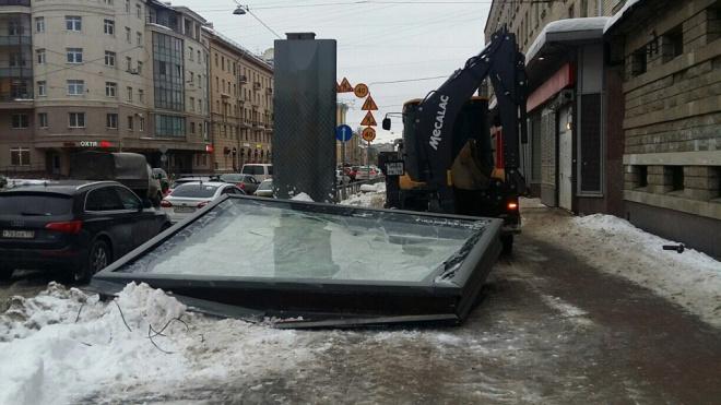 Трактор завалил рекламный щит во время уборки снега на Среднеохтинском проспекте