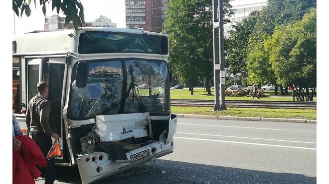 На Проспекте Стачек столкнулись два автобуса