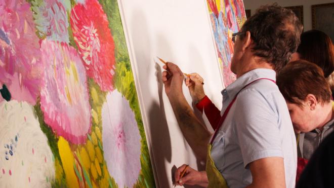 """Пациенты НИИ Джанелидзе нарисовали """"реабилитационную картину"""" размером несколько квадратных метров"""
