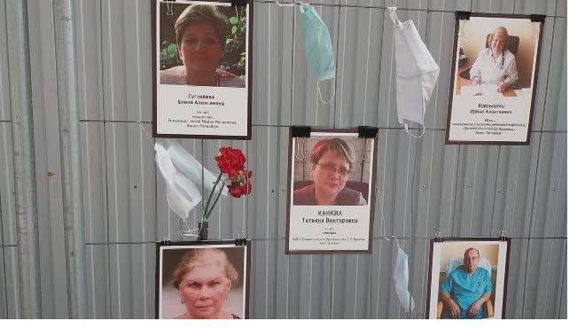 Губернатор Петербурга поддержал идею увековечить память погибших медиков
