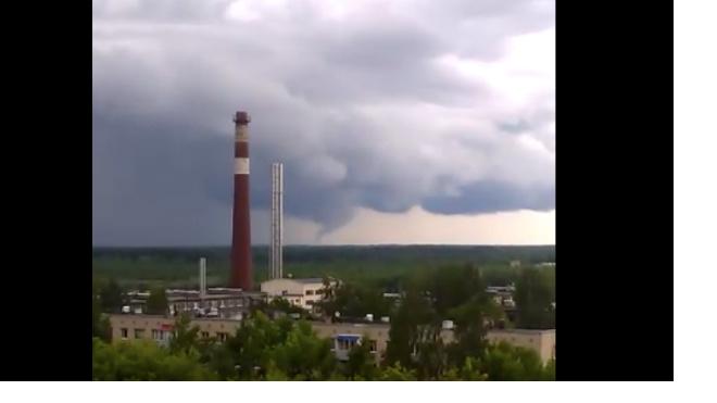 На окраине Тосно местный житель заснял торнадо
