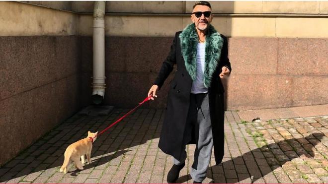 Сергей Шнуров прогулялся с котом около Эрмитажа