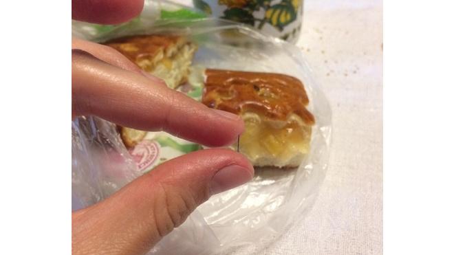 Петербурженка чуть не съела вместе со сдобой металлическую иголку