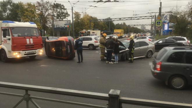 """На перекрестке с Салова перевернувшийся автомобиль """"прилег"""" на трамвайные пути"""
