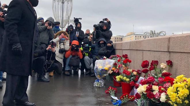 Иностранные послы возложили цветы к месту убийства Немцова