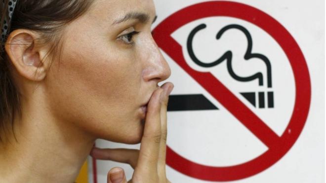 Петербуржцы креативно борются с курильщиками, которые забрасывают город окурками
