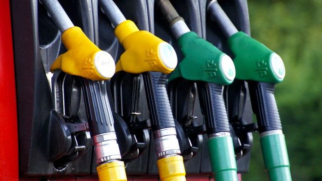 Петербург попал в список городов России с самым доступным бензином