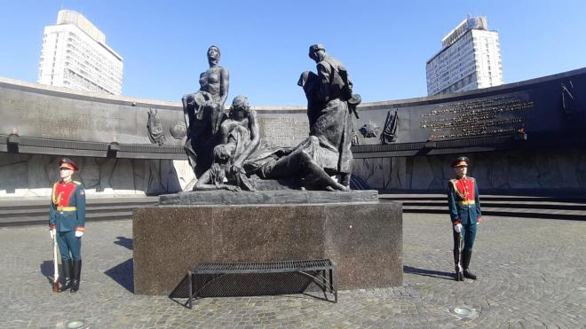 На площади Победы почтили память героических защитников Ленинграда
