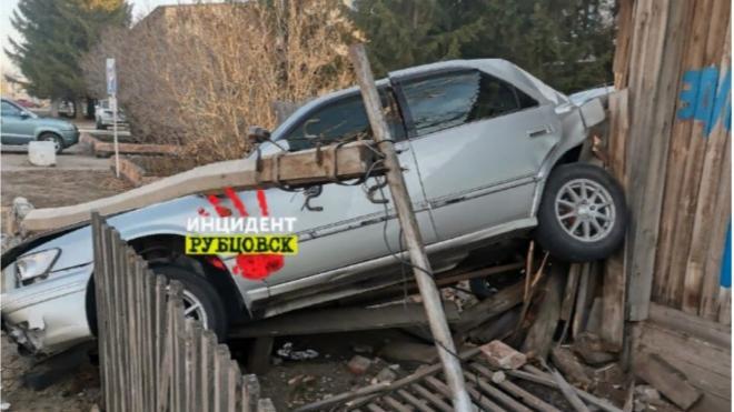 В Алтайском крае полицейский врезался на машине в частный дом