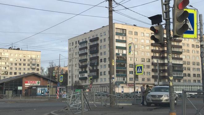 Кроссовер снес забор на Гражданском проспекте и вылетел на тротуар