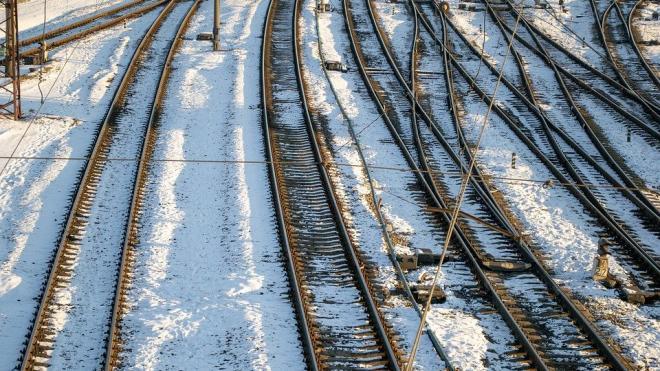 Поезд снес застрявший на переезде автомобиль в Ленобласти