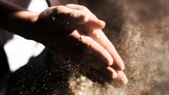 На трассе в Ленобласти ликвидируют пыль
