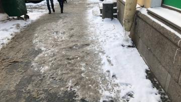 Фотофакт: наледь на Невском не убирается более суток