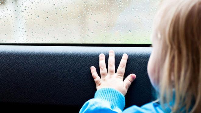 В Татарстане женщина случайно заперла 3-летнего ребенка в машине в 37-градусную жару