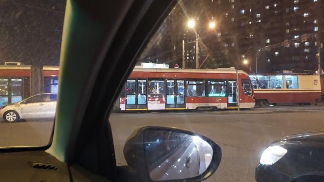 Трамвай перекрыл движение транспорта на повороте с проспекта Просвещения на Руставели