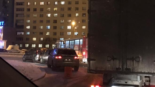 Петербург сковали пробки в 6 баллов: автомобилисты сообщают об авариях